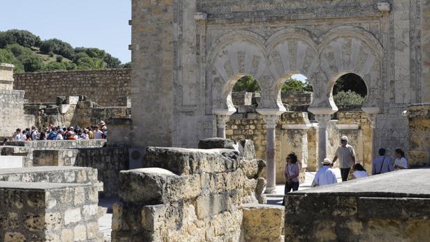 Turistas en el yacimiento omeya de las afueras de la ciudad