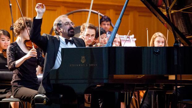 El pianista ruso Boris Berman durante un concierto