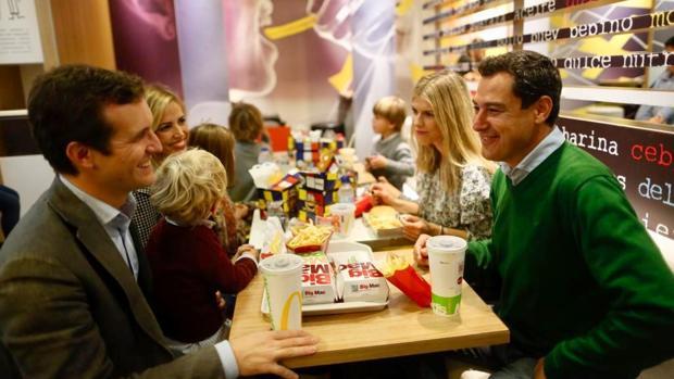Casado, Moreno y sus familias, en una hamburguesería