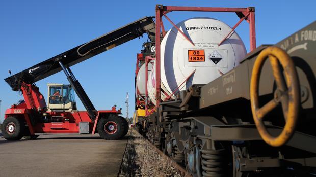 Un trabajador prepara la carga de un tren en la estación de mercancías de El Higuerón