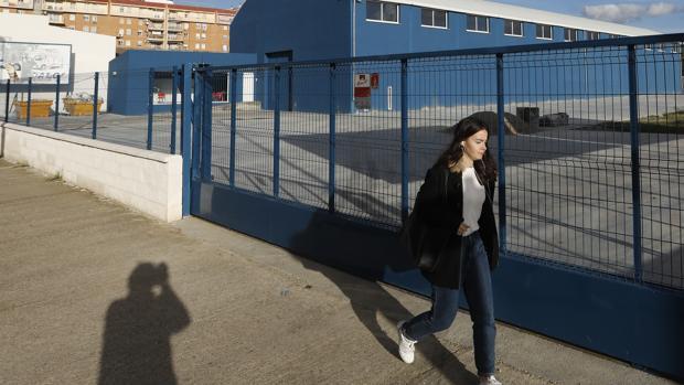 Una joven pasa por delante de la nave en construcción