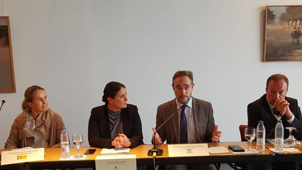 El consejero de Fomento habla del estudio ante la atenta mirada de la alcaldesa de Almonte