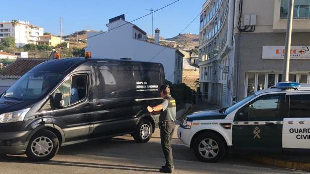 Traslado del cadáver de la última mujer asesinada por violencia machista en El Morche, Granada