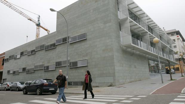 Dos personas delante del centro de salud de la avenida del Aeropuerto