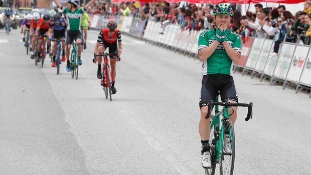 El ciclista cordobés Antonio Gómez celebra una victoria con el Caja Rural