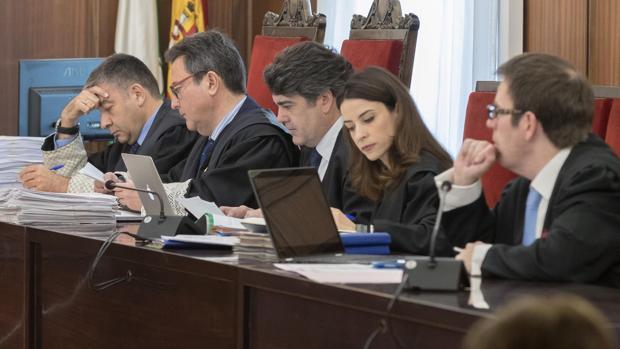 Los letrados de la acusación. Rafael Prieto, abogado de Manos Limpias, es el primero por la derecha