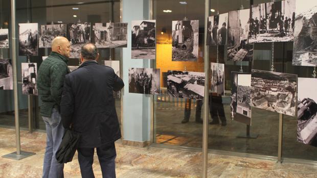 Dos visitantes contemplan las imágenes de la exposición en Cabra