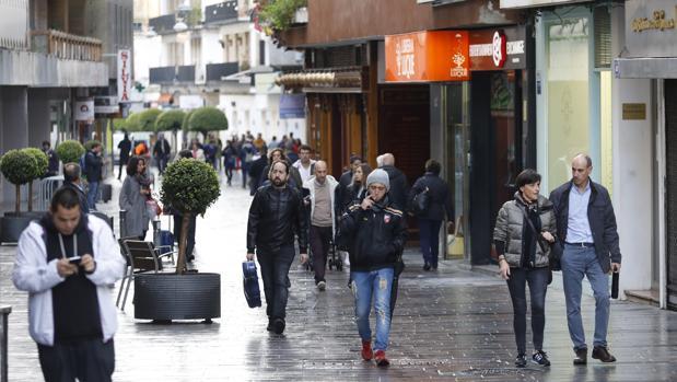 Varias personas pasean por la calle Jesús y María