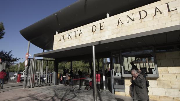 Entrada a Torretriana, que acoge varias consejerías de la Junta de Andalucía