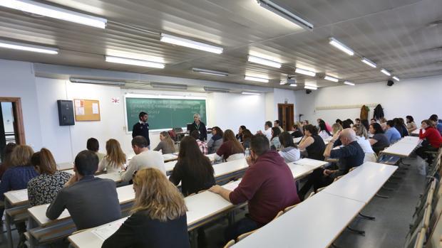 Opositores durante la realización de un examen