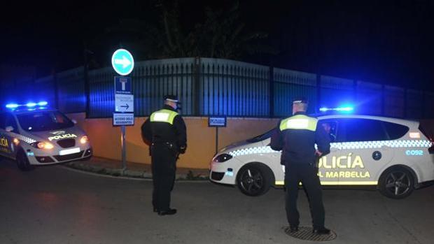 Vehículos policiales en la urbanización de Nagüeles