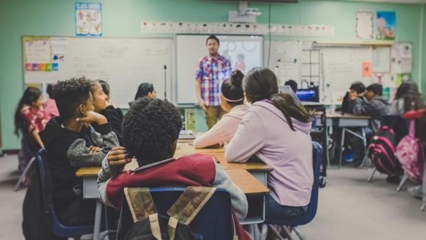 Profesor en un aula escolar
