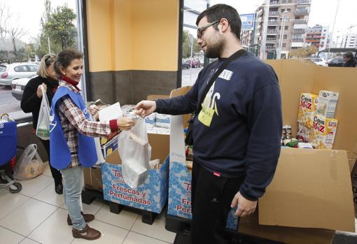 Entrega de comida con destino al Banco de Alimentos de Córdoba