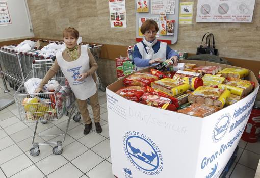 Una de las cajas llena de comida durante una Gran REcogida en Córdoba