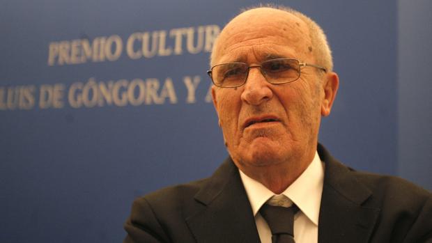 Miguel Romero Esteo, cuando recibió el premio Luis de Góngora