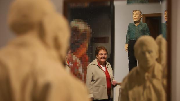 Helga de Alvear, entre algunas de las obras de la exposición abierta en Córdoba
