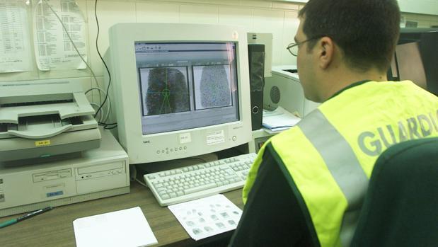 Un agente de la Guardia Civil trabajando en oficinas