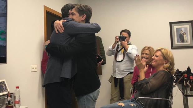 Moreno abraza a Sanmartín tras conocer los resultados el pasado domingo