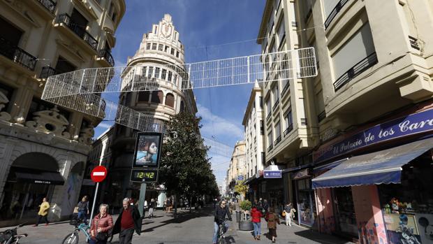 El alumbrado de la calle Cruz Conde, que según el PP parece «un somier»