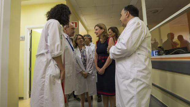 La consejera de Salud, Marina Álvarez, en la visita el Hospital Virgen del Rocío de Sevilla
