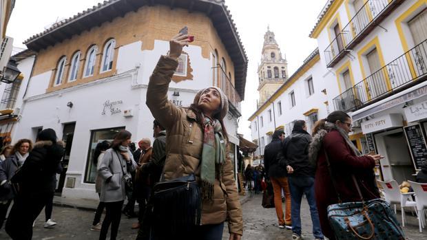 Una turista se hace un «selfie» con la torre de la Mezquita-Catedral de fondo