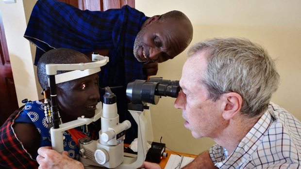Un oftalmólogo atiende a una mujer en Tanzania