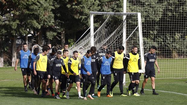 La plantilla del Córdoba CF trasporta una portería en la Ciudad Deportiva