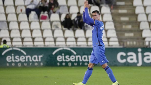 El delantero del Córdoba cedido en el Getafe, Sergi Guardiola, saluda en El Arcángel