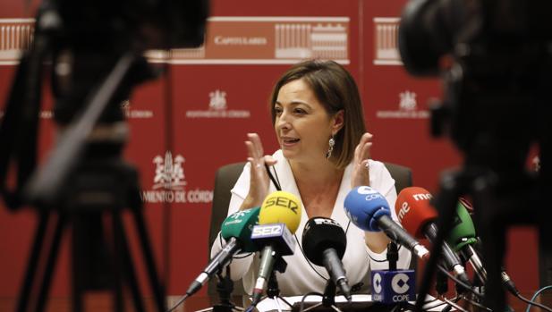 La alcaldesa, Isabel Ambrosio, en una rueda de prensa