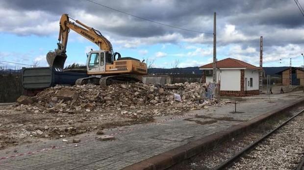 Obras de derribo de la estación de tren de Marmolejo, en la provincia de Jaén