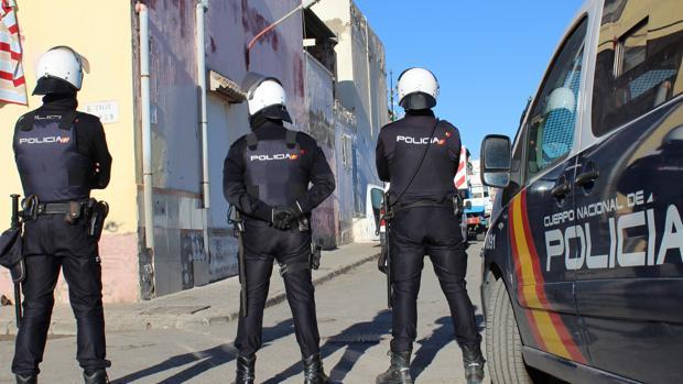 Agentes de la Policía Nacional durante uno de los operativos realizados para desarticular la banda..