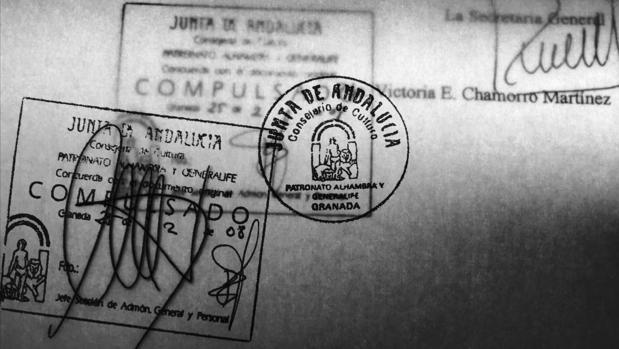 Superposición de dos documentos diferentes que contienen una de las firmas clonadas