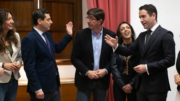 Juanma Moreno y Juan Marín junto al resto de equipos negociadores del pacto para el Gobierno del cambio