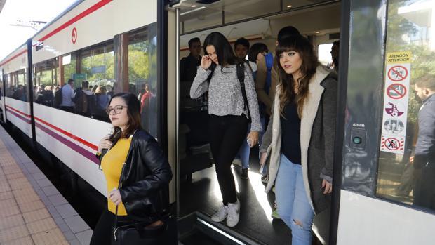 Varias estudiantes se bajan del Media Distancia Villarrubia-Alcolea en la parada del campus de Rabanales