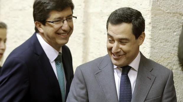 Juan Marín y Juanma Moreno en el Parlamento andaluz