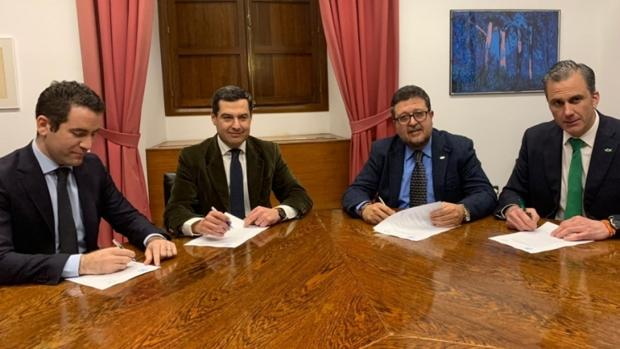 La firma del acuerdo entre la formación de Vox y el PP para el cambio de Gobierno en Andalucía