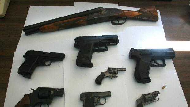 Armas de fuego en un imagen de archivo
