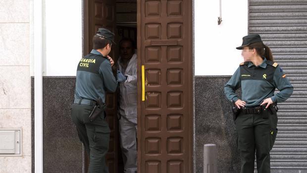 Agentes de la Guardia Civil a la entrada de la casa de Montalbán donde fue herido un compañero