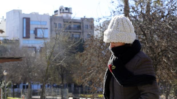 Una persona se protege contra el frío en Córdoba