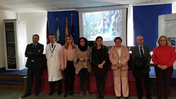 La consejera de Salud, Marina Álvarez, junto a profesionales de la sanidad
