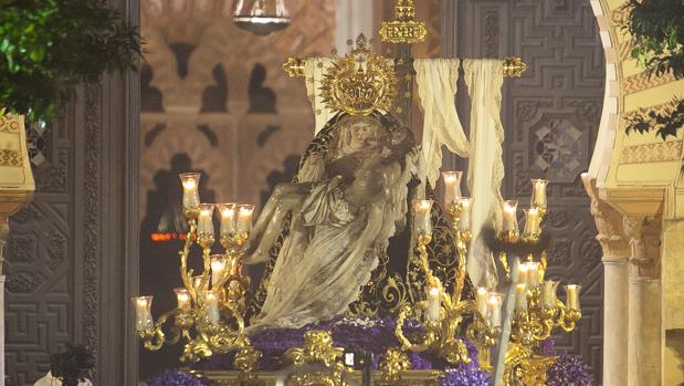 Salida procesional de Nuestra Señora de las Angustias coronada en el año 2015