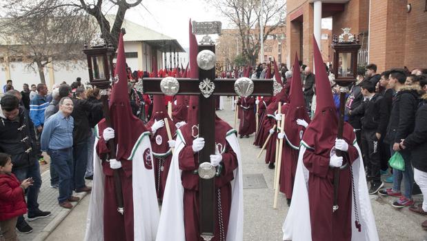 Cruz de guía de la cofradía de la Piedad y Esperanza de las Palmeras, durante su salida procesional