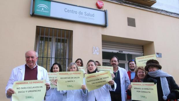 Médico protestando a las puertas de su centro médico
