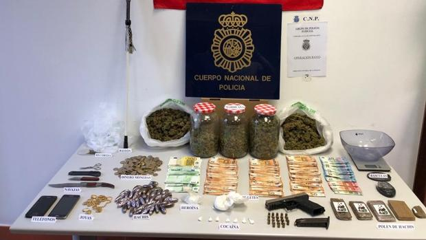 Droga y arma requisadas al presunto narcotraficante