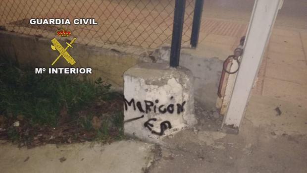 Pintada en un hito enclavado en el acceso del cuartel de la Guardia Civil de Mancha Real