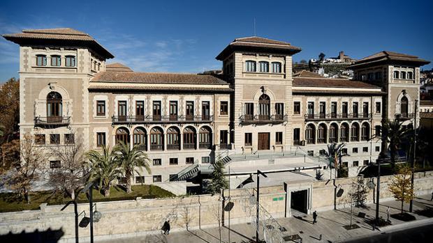 La sede de la Junta de Andalucía en Granada, donde el gobierno en funciones habría estado destruyendo documentación, según el Partido Popular
