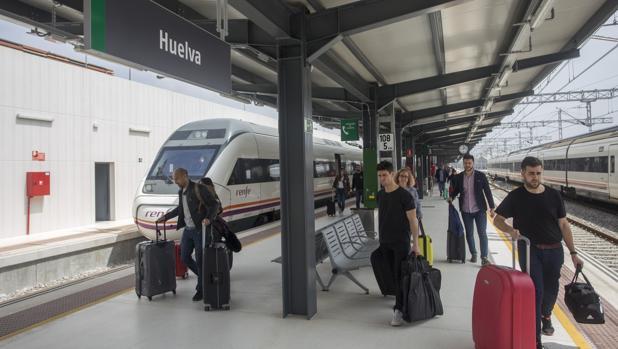 Pasajeros llegando a la estación de Huelva