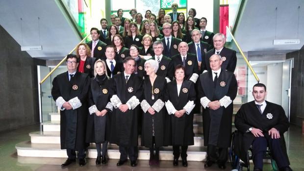 Foto de familia de los fiscales asistentes al acto en Huelva, con Flores y Segarra en el centro
