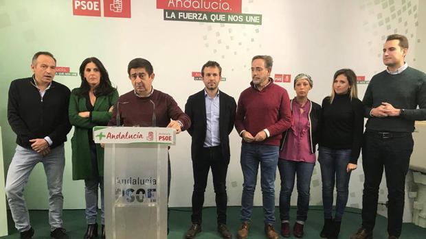 Francisco Reyes, en primer término, y Julio Millán, a su izquierda, tras la jornada electoral del 2 de diciembre