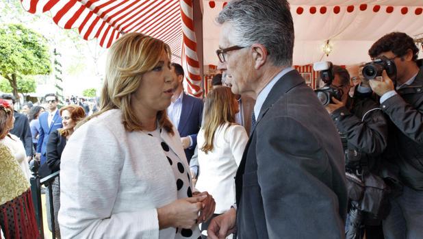 Susana Díaz charla con Rafael Rodríguez, presidente de APS, en la Feria de Abril